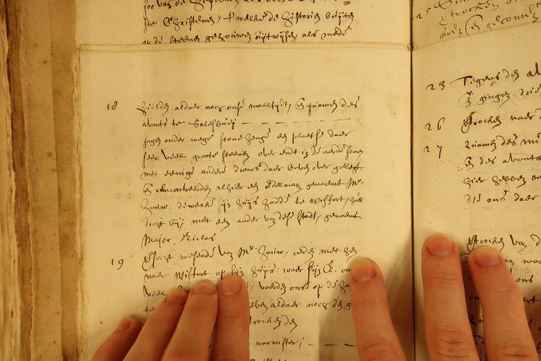 Een medewerker van het Johhan de Witt-team van het Nationaal Archief leest in het reisdagboek van de zeventiende-eeuwse raadspensionaris Beeld *