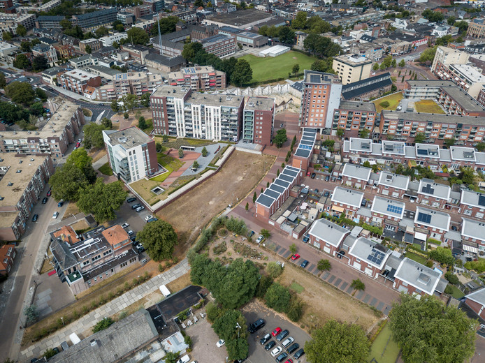 Het Berghkwartier in Oss, met links de Bram van den Berghstraat. Van daar loopt de Koningsloper naar het sheddakencomplex aan de Oostwal in het midden. De Tapissier wordt gebouwd op het braakliggende terrein aan deze straat. Rechtsonder komen de twaalf grondgebonden huurwoningen.