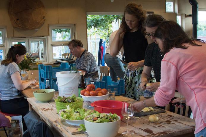 Deborah kreeg het 'samen koken met de dochter van de tuinders' avondje van haar vriendinnen en vond het een superleuk cadeau. Op de voorgrond (in het roze) is ze bezig met de laatste voorbereidingen van de verse salade.