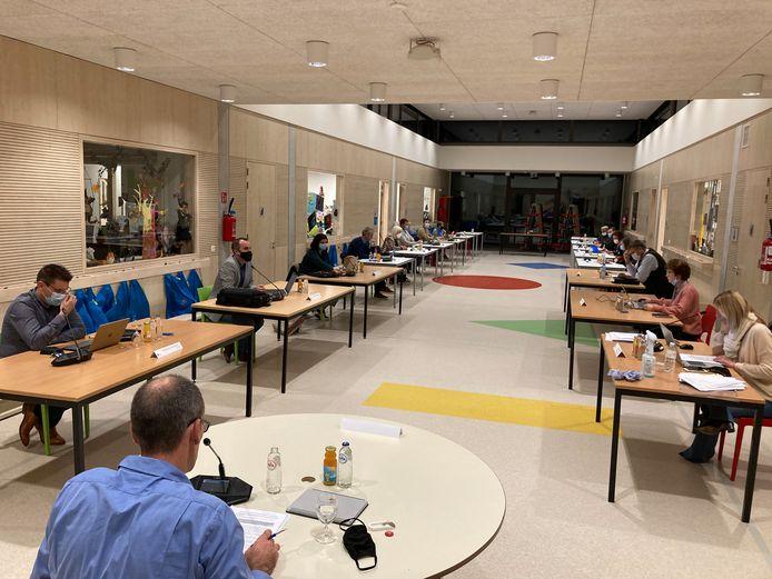 De gemeenteraad vond dinsdagavond plaats in de kleuterspeelzaal van De Vlinderdreef.
