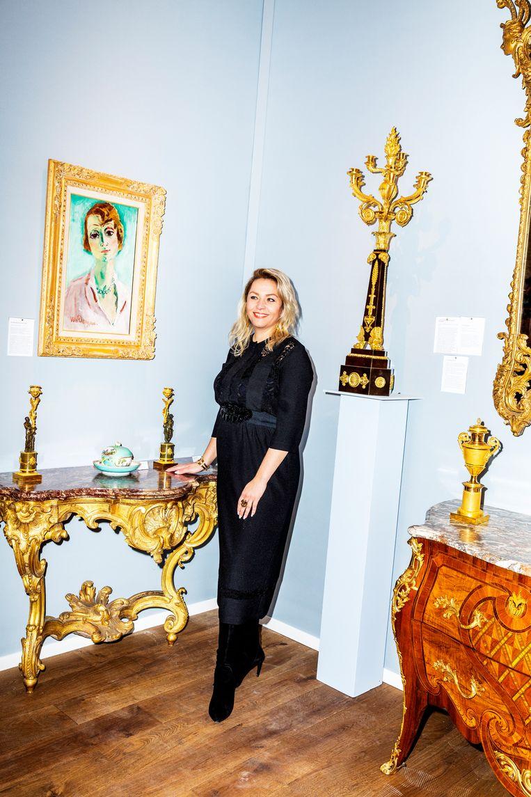 Op bezoek bij TEFAF. Ilse Daatselaar, agent en adviseur beeldende kunst en antiek uit Zaltbommel, poserend naast een Van Dongen. Beeld Marie Wanders