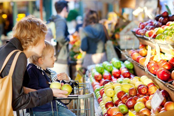 Moeder en kind kopen fruit in de supermarkt, foto ter illustratie.