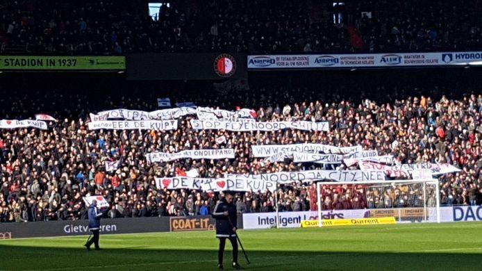 De spandoeken laten het ongenoegen van de supporters zien rondom de plannen voor Feyenoord City.