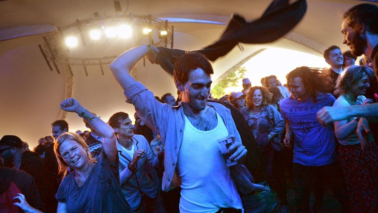 Festivalfestivalgangers dansen bij Tijuana Panthersfeest, Best Kept Secret 2014. Beeld Marcel van den Bergh / de Volkskrant