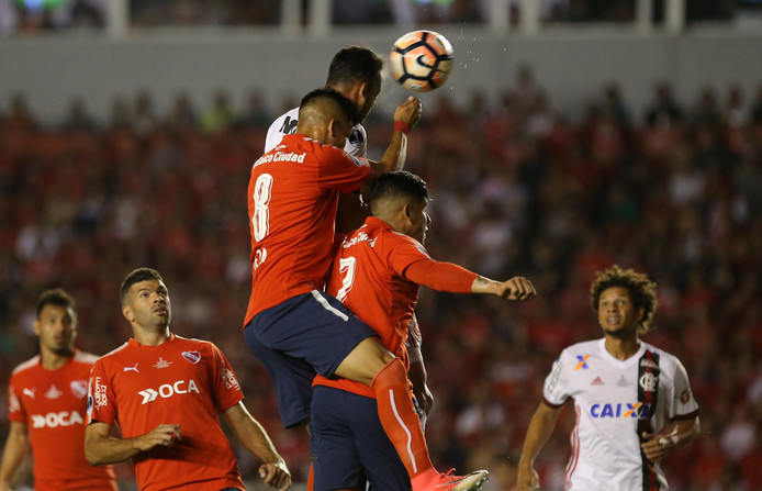 Flamengo's Rever scoort een doelpunt met een kopbal.