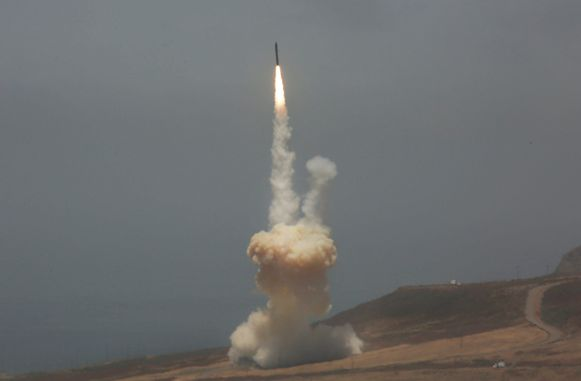 Een luchtafweerraket wordt afgevuurd vanaf de Vandenberg-luchtmachtbasis in Californië.