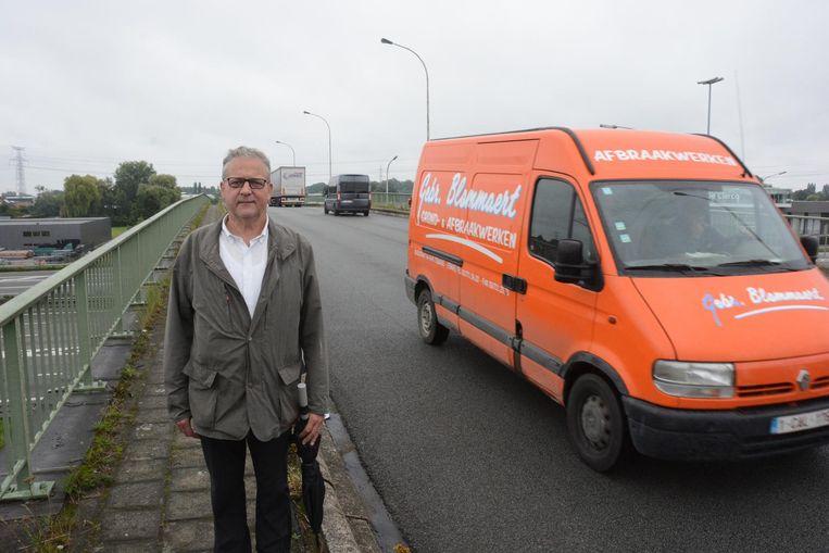 Jos De Meyer op het viaduct in de Hoogkamerstraat, waar er geen aparte fietsstrook is.