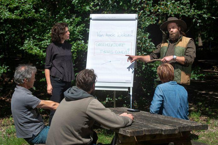 Parkmanager Jeroen Glissenaar en cursusleidster Karin Jellema presenteren 'Gastheerschap tijdens Covid-19' bij Cursus Centrum Groen in het bos van Planken Wambuis.