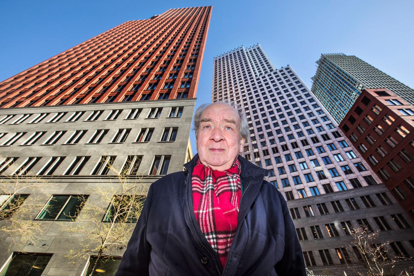 De gedupeerde Rob Plug (77) van het bedrijf BubbleDeck met op de achtergrond de torens van ministeries van Binnenlandse Zaken en Justitie waarover werd beweerd dat de vloeren onveilig zouden zijn.