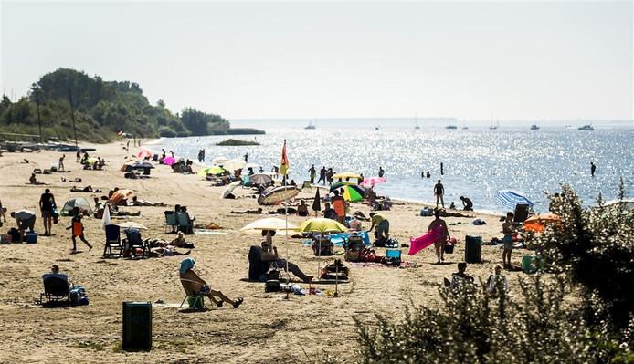 Nederlanders genieten van het tropische zomerweer op het strand
