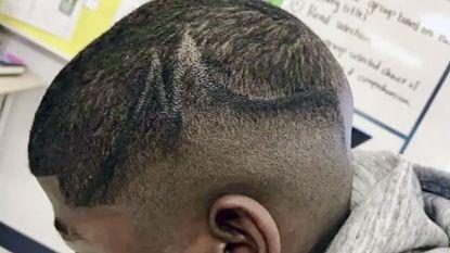 Ouders dagen school voor rechter voor bijkleuren opgeschoren kapsel zwarte tiener met viltstift