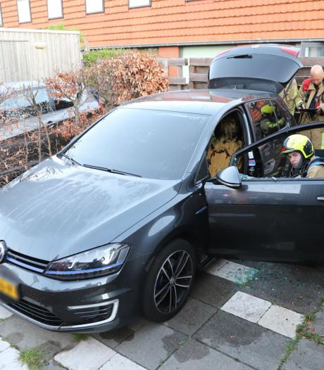 Eigenaar weet brandende auto aan de Essendijk te blussen voordat  brandweer arriveert
