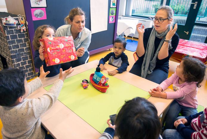Peuters krijgen op de Van Ostadeschool echt onderwijs, primeur in Nederland.