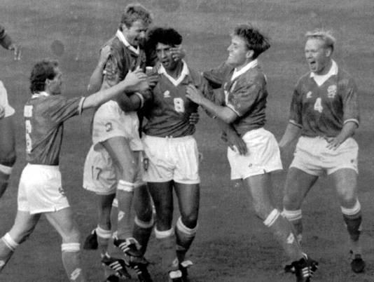 Frank Rijkaard (8) is na zijn goal de gevierde man. Jan Wouters, Adri van Tiggelen, Rob Witschge en Ronald Koeman feesten mee.