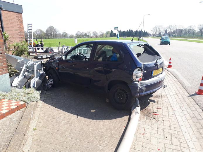 Een van de auto's kwam tot stilstand tegen een lantaarnpaal.