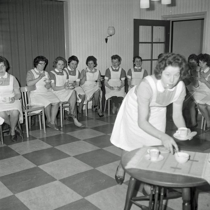 Eindhovense gezinsverzorgers krijgen hun diploma in 1960