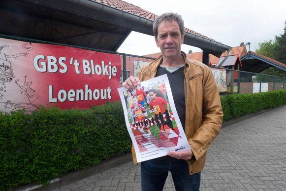 Coördinator Hans Van Hasselt met een poster van het evenement.