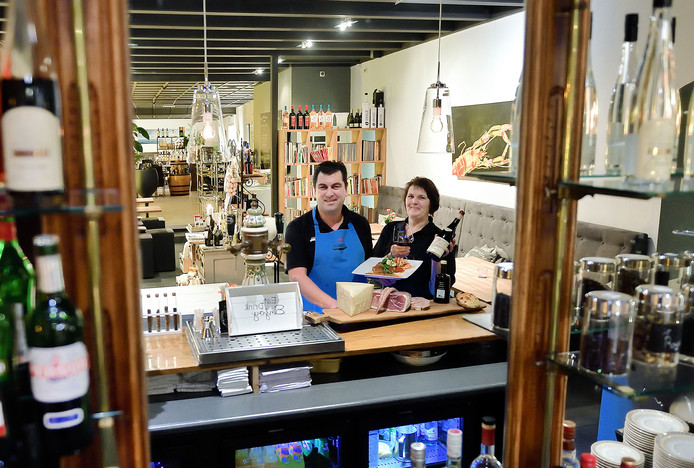 Chef-kok Maurice de Coninck en zijn vrouw Heleen van restaurant Da Maurizio in Scherpenisse Foto Peter van Trijen