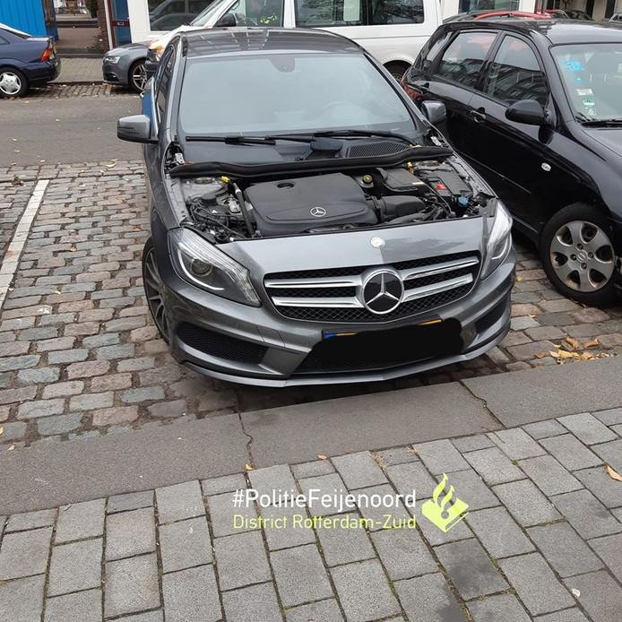 De Mercedes waar de motorkap van is gestolen.