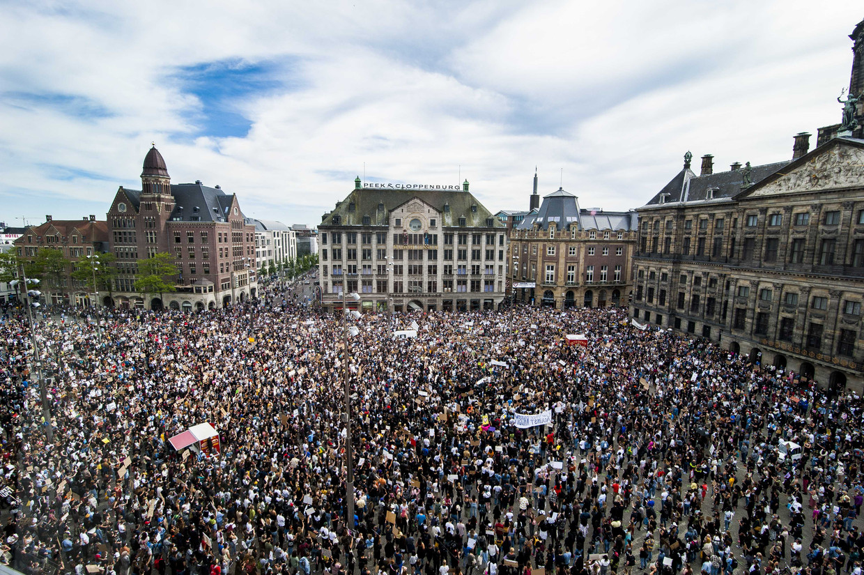 Duizenden betogers, veelal met mondkapjes, verzamelden zich maandag op de Dam in Amsterdam.