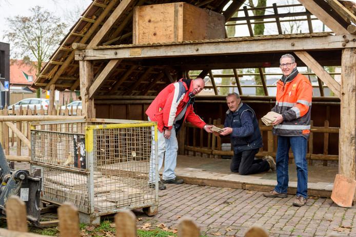 Voorzitter Jan Kerkhofs, Frans van Rijn en initiatiefnemer Ton Hoeks (vlnr) bij de kerststal in opbouw.