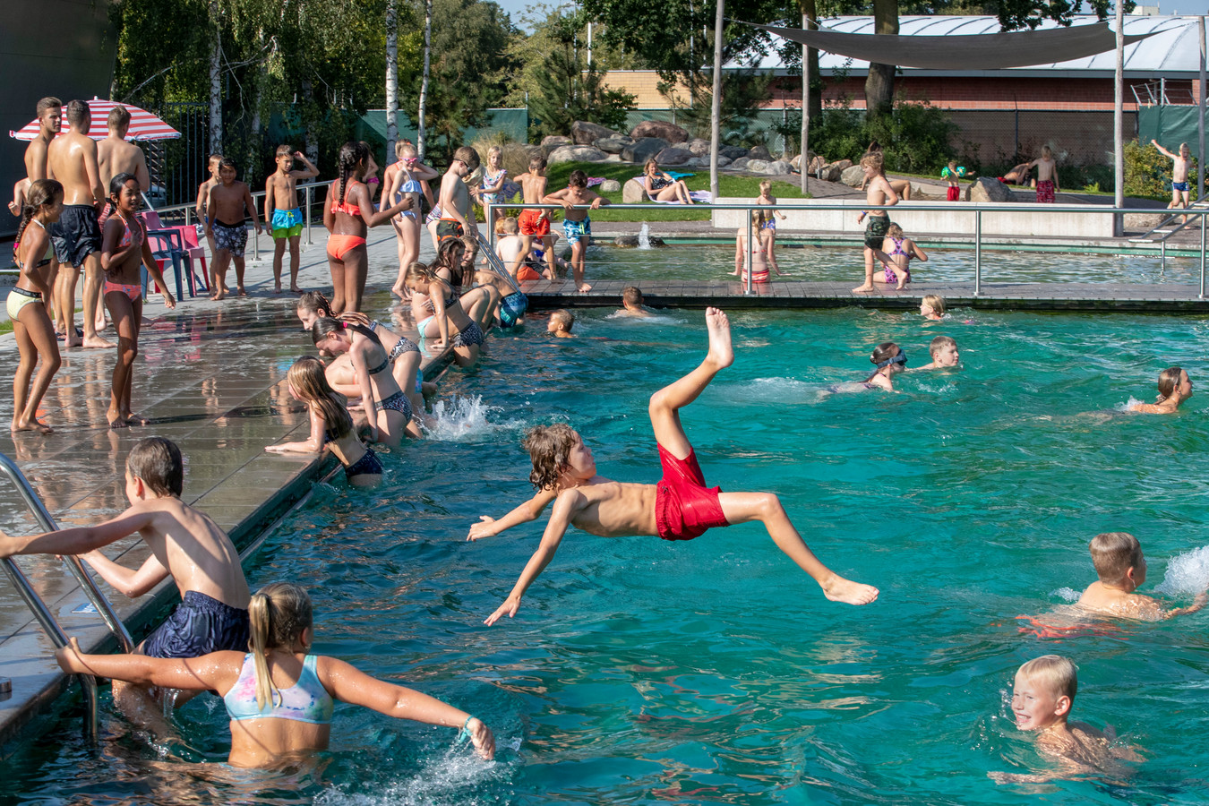 Buitenbad zwembad de Peppel is weer open wegens het warme weer.