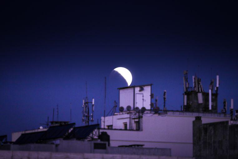 De maansverduistering zoals hij te zien was in Montevideo, Uruguay.