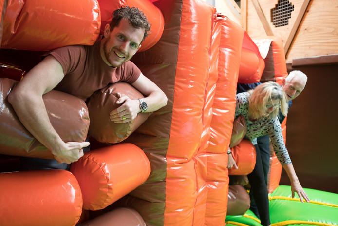 Directeur-eigenaar Erwin Pronk van De Flierefluiter waagt zichzelf met zijn moeder Annie en vader Gerard op een van de onderdelen van het speelparadijs.