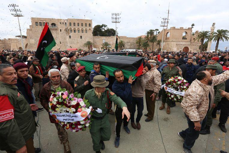 Een rouwende menigte bij de begrafenis van Libische kadetten die afgelopen weekeinde omkwamen bij een drone-aanval op een militaire academie in de hoofdstad Tripoli. Beeld null