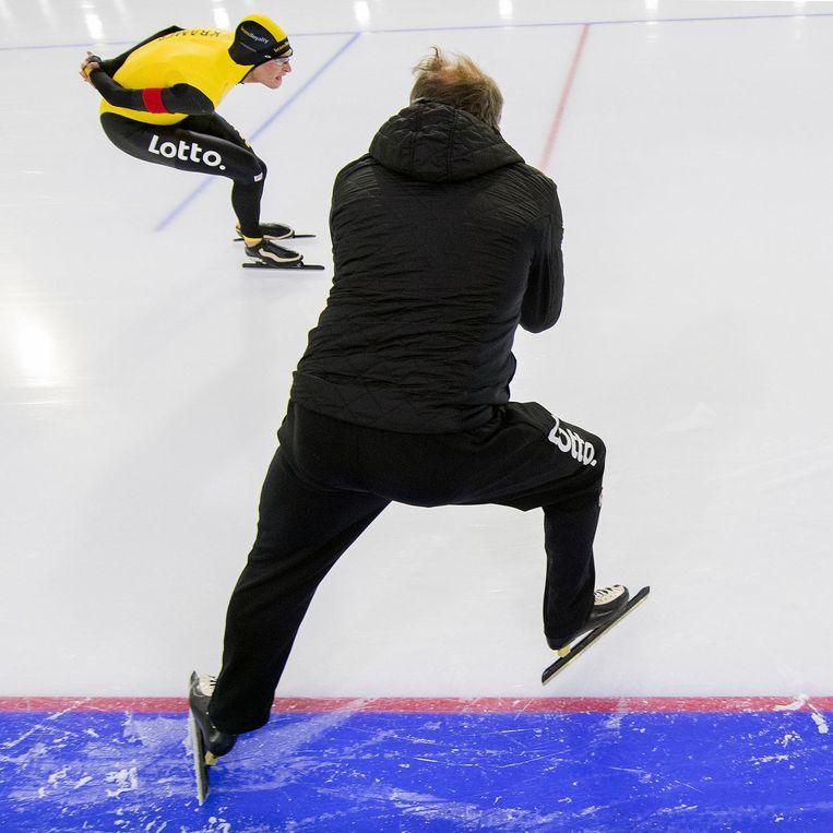 Sven Kramer wordt aangemoedigd door zijn coach Jac Orie. Beeld Klaas Jan van der Weij