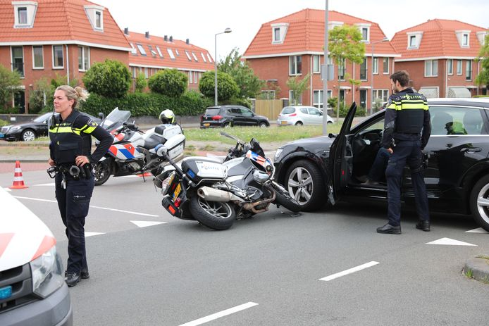 De motoragent was onderweg naar een melding toen hij op de auto bij de Marcus Aureliuslaan in Leidschenveen knalde.