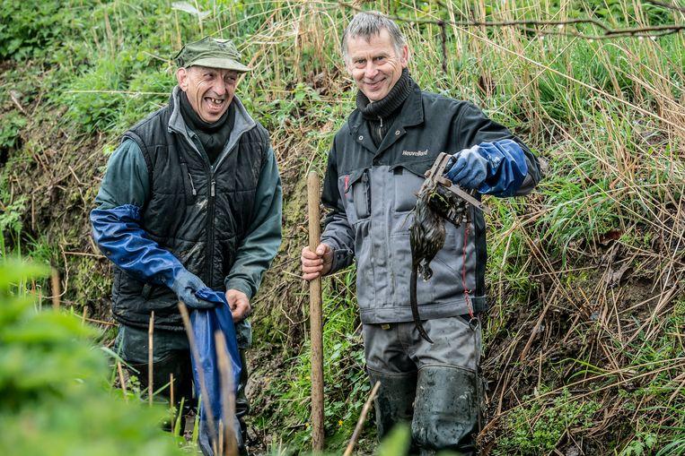 Patrick Hossey en Bernard Meersseman tonen hun vangst