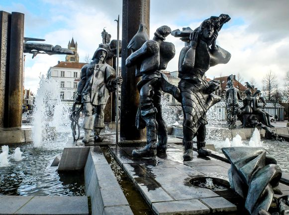 De beeldengroep stond jarenlang op 't Zand in Brugge.