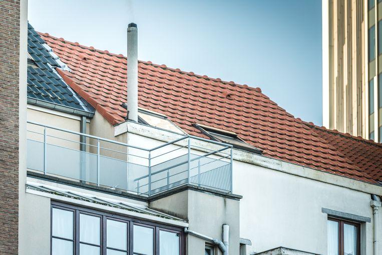 Het balkon in de Verbondstraat  in Sint-Joost-ten-Node waar de 6-jarige jongen urenlang in de kou moest staan als straf.