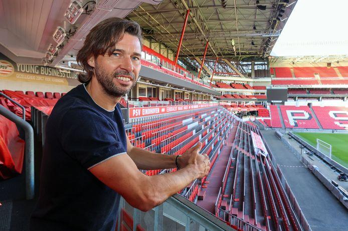 John de Jong deze week in het Philips Stadion, waar al sinds 1 maart geen thuisduel van PSV meer is gespeeld.