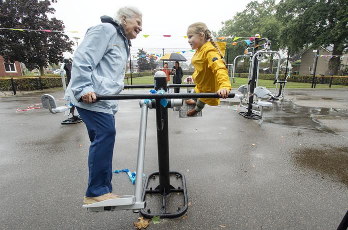 Mevrouw Schouten heeft samen met Rozemarijn Braamhaar lol op de 'swing'.
