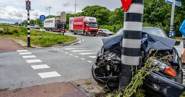 Auto flink beschadigd na botsing in Tilburg.