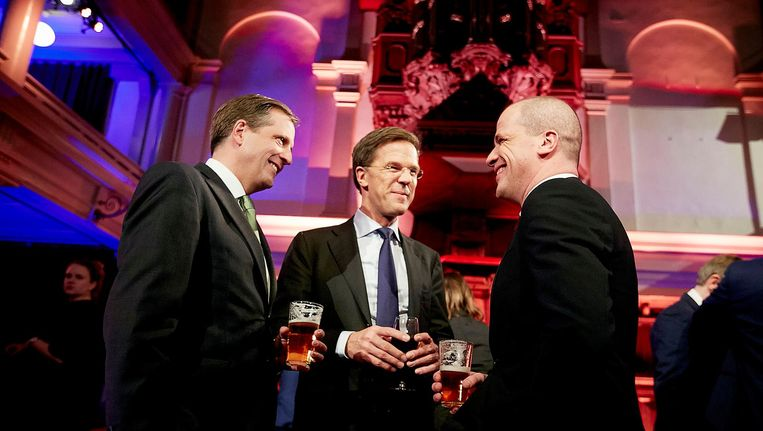 Partijleiders (VLNR) Alexander Pechtold (D66), Mark Rutte (VVD) en Diederik Samsom (PvdA) heffen het glas na afloop van het RTL-verkiezingsdebat in 2015. Beeld anp
