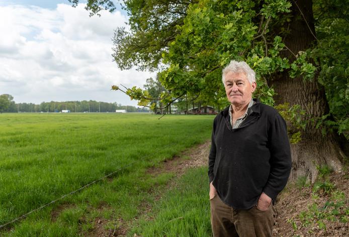 Bewoner Beert van Spijkeren met op de achtergrond het gebied waar het zonnepark zou moeten verrijzen.