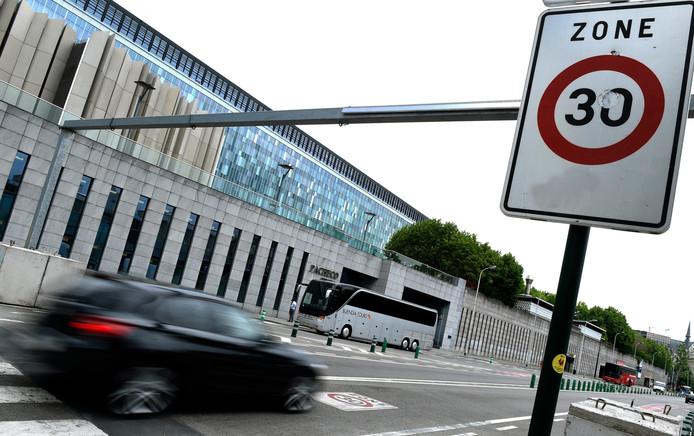 """A Bruxelles, le gouvernement régional constitué cette semaine (dominé par les socialistes et les écologistes) se donne 18 mois pour """"généraliser"""" cette limitation à 30 km/h qui concerne déjà 55% du territoire, dans des zones résidentielles, commerçantes ou aux abords des écoles."""