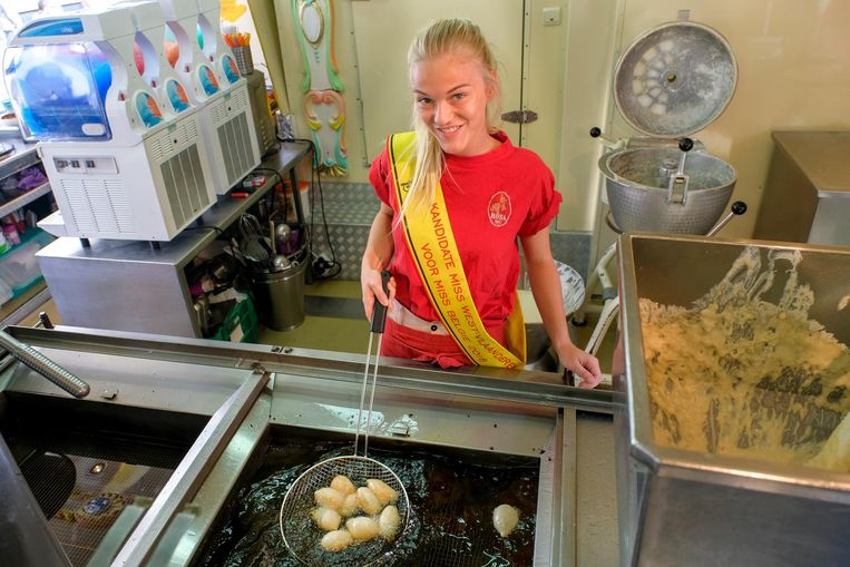 Caroline Delforge in het eetkraam van haar ouders op de kermis in Brussel.