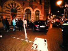 Automobilist rijdt verkeersborden uit de grond en ramt gevel in Dordtse binnenstad