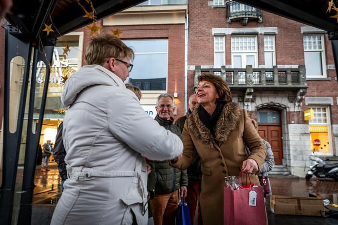 Helmondse vrijwilligers worden op de Markt in het zonnetje gezet door burgemeester Blanksma.