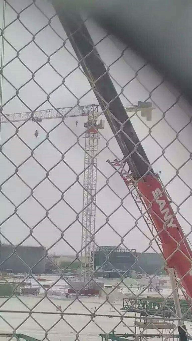 The Indian man that hung himself on a contruction crane in Doha, picture taken by a co-worker. Beeld