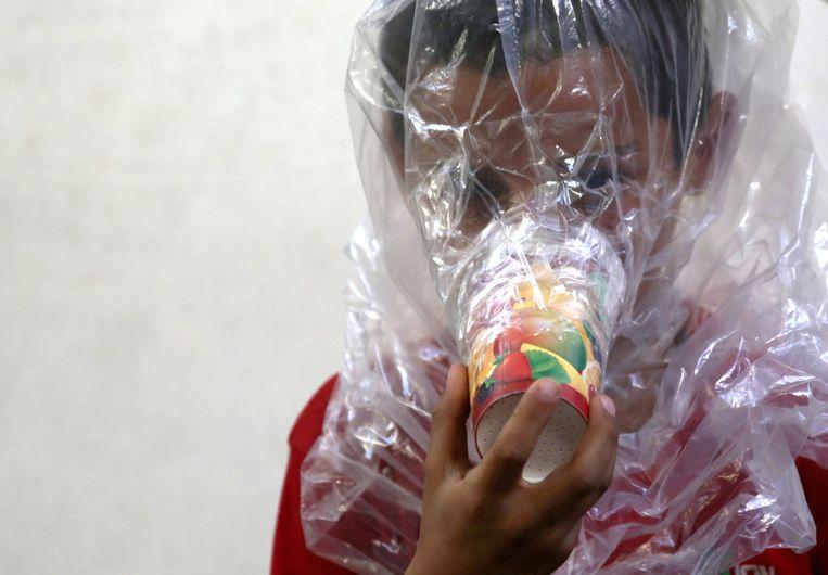 De inwoners van Idlib nemen alvast maatregelen en maken zelf mondmaskers.