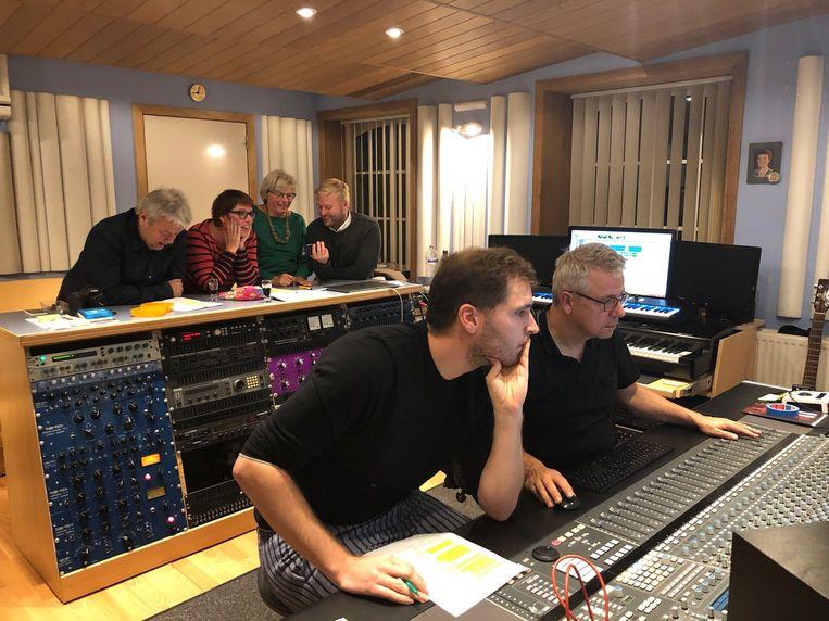 Tom Dice bij Filip Martens in de studio. Achter hen enkele Groenen.