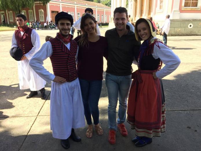 Jouko Gorissen (21) met zijn vriendin Natasha Cabernite (18) in haar thuislanië, op de foto met traditioneel geklede Brazilianen.
