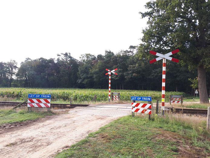 ProRail wil het liefste af van onbewaakte spoorovergangen, zoals deze bij Miste. ProRail en de gemeente Oude IJsselstreek werken aan de afsluiting van een overgang in Terborg.
