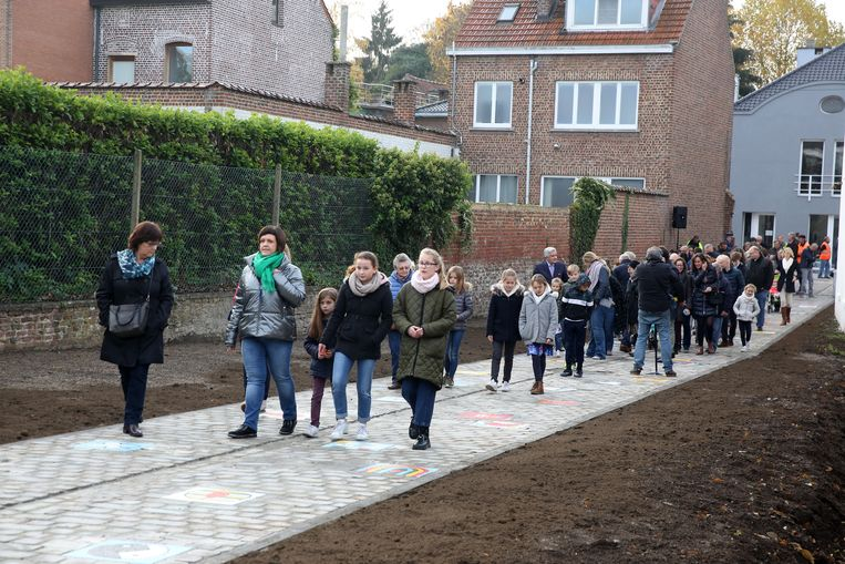 Het nieuwe pad vol vredesmozaïeken tussen de Kerkstraat en de Gemeentehuislaan zal voortaan Regenboogpad heten.