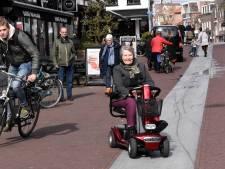 De straat is een hindernisbaan voor rolstoelers of kinderwagens